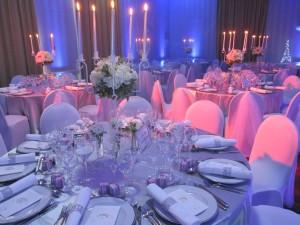 Chandelier avec fleurs blanches par christine raiga wedding planner