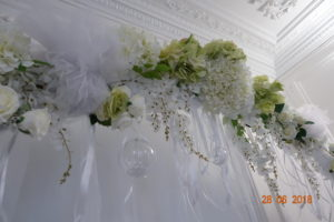 arche de fleurs blanches et vertes chez j'organise mon mariage